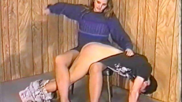 نوجوان سکسی در اتاق خواب خود در حال رقص استریپتیز در مقابل لینک کانال های سکسی تلگرام دوربین
